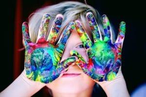 niña con pintura