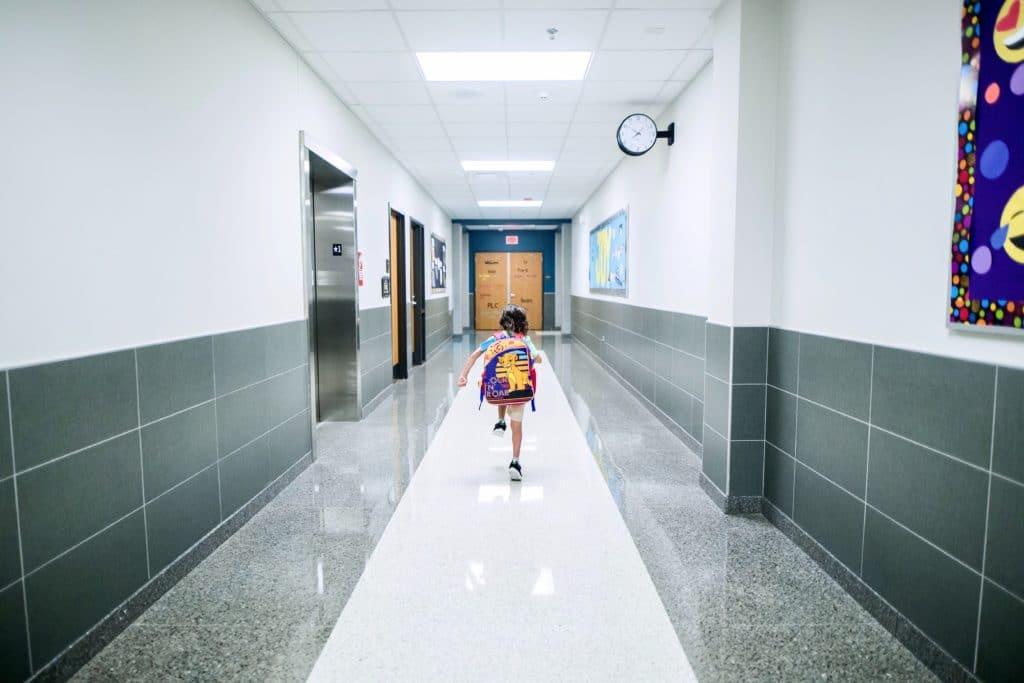 Niña en los pasillos de un colegio